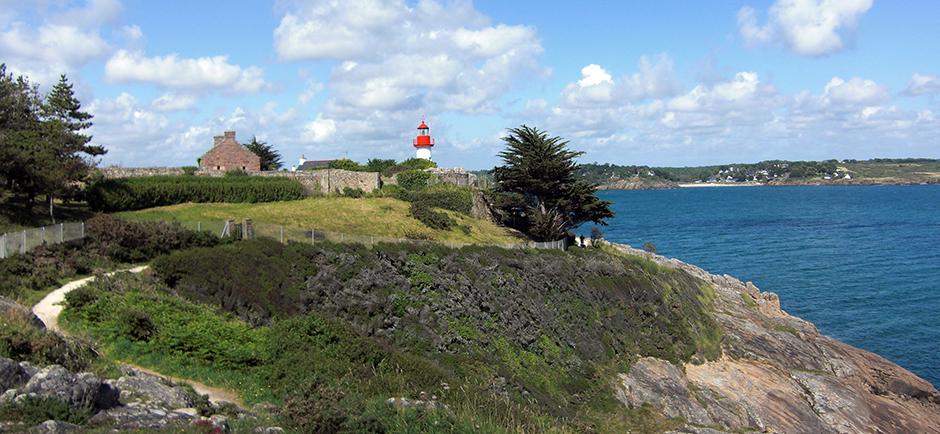 Küste der Bretagne mit Leuchtturm