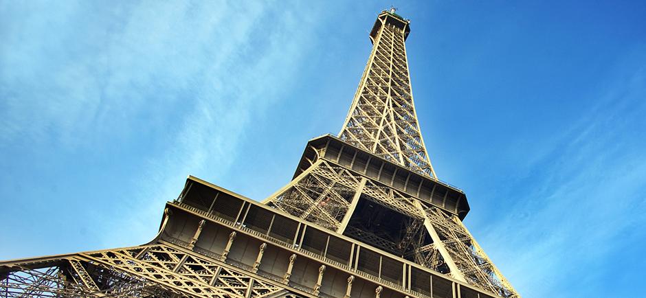 Eifelturm Paris schräg von unten fotografiert