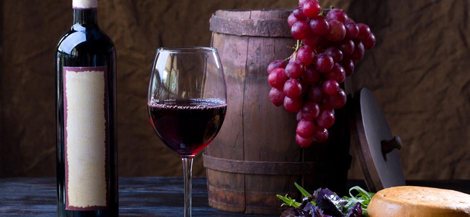 Wein, Trauben und Käse in einem Stillleben