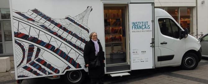 Jane Kreutzer, Mitglied der DFG, freut sich über die Ankunft des Bibliobus'