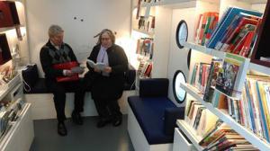 Dr. Klaus Netzer und Jane Kreutzer im Bibliobus in Bielefeld