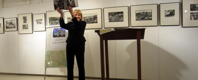 Dr. Anneli Gabanyi hält Bildband hoch