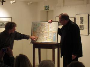 Jürgen Graetz zeigt Prof. Dr. Beaugrand seine Reiseroute